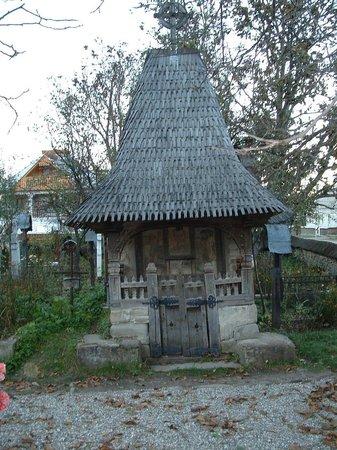Wooden Churches of Maramures: tombe de l'ancien directeur d'école mort au début 1900