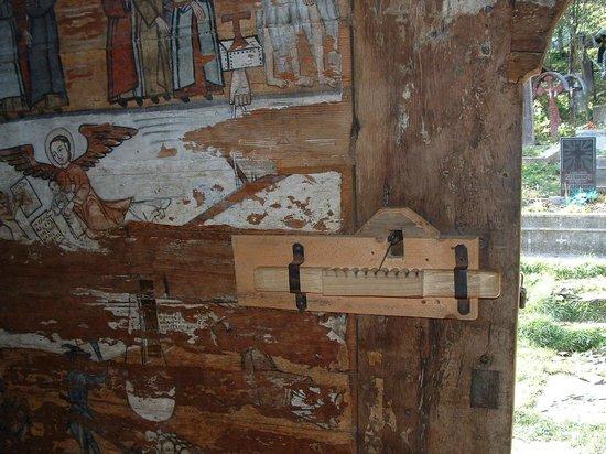 Wooden Churches of Maramures: la serrure en bois de l'église greco catholique de IEUD