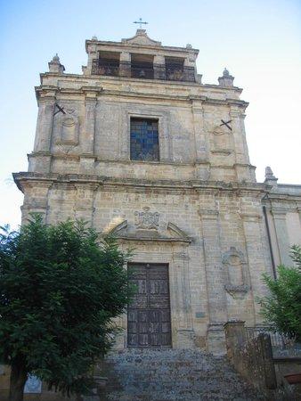 Hotel Sicilia : CHURCH NEAR FRONT OF HOTEL