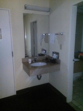 Howard Johnson Inn - Newburgh : Prison style vanity in foyer.Note second vanity to the right