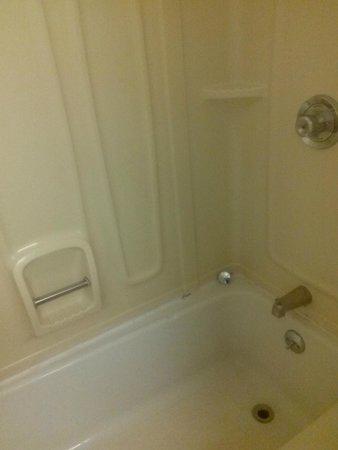 Howard Johnson Inn - Newburgh : Missing silicone in bathroom