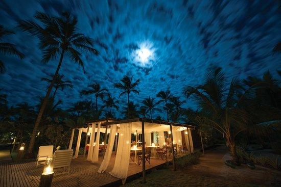 A lua de Corumbau iluminando o restaurante do Vila Naiá.