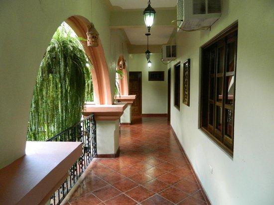 Hotel Acropolis Maya: Hall Access to Second Floor Rooms