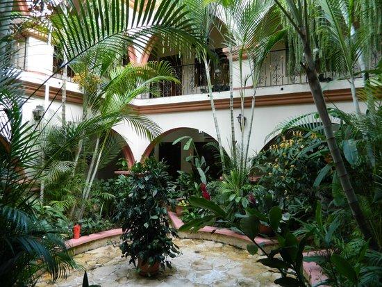 Hotel Acropolis Maya: Central Open Courtyard