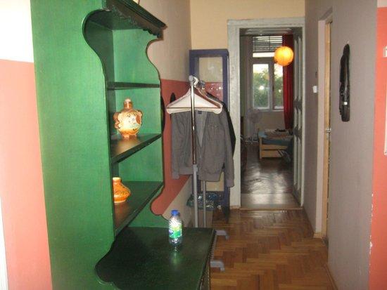 Lavender Circus Hostel: Hallway of ensuite leading to bedroom