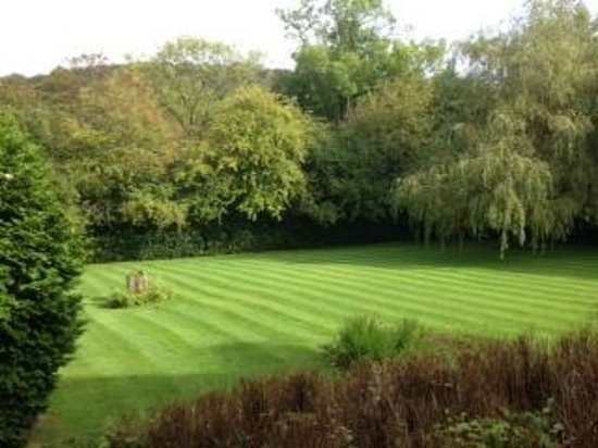 Wind in the Willows Country House Hotel: Front lawns