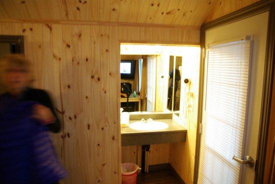 Motel Belvedere : porte d'entrée et lavabo