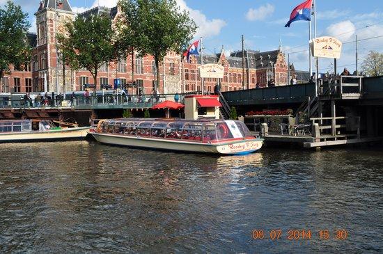 Ibis Styles Amsterdam Amstel: Stone Throw away to Canal cruise