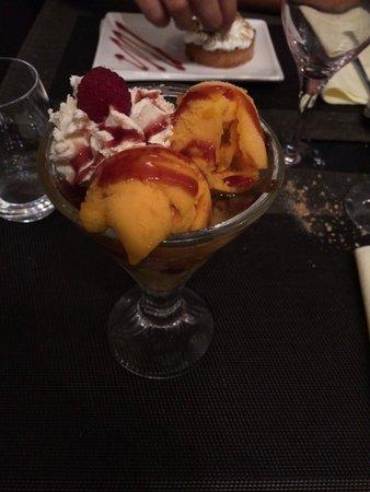 La Table d'Eugene : Coupe créole: fruits frais avec boules de glaces aux saveurs des îles et crème chantilly