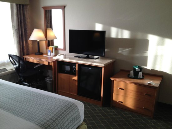 La Quinta Inn & Suites Portland Airport: Desk and Appliances