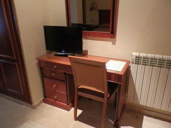 Hotel Sacromonte: escritorio y television