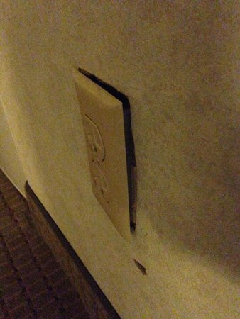 Days Inn Midtown ABQ: Plug fixture detached from wall