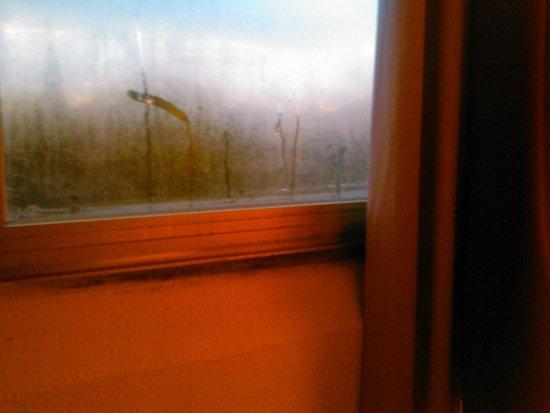 Hotel Le Logis du Chateau : la fenêtre au petit matin ...
