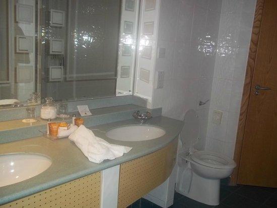 Bolton Whites Hotel: Bathroom