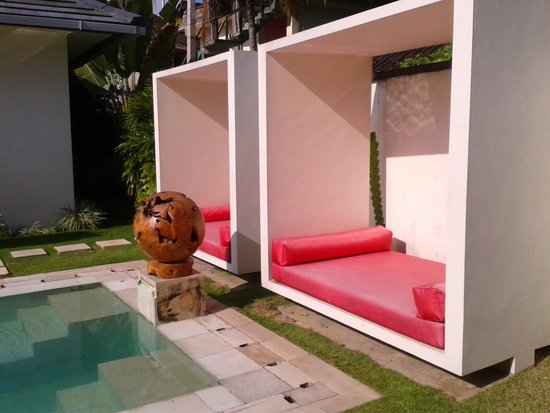Rouge - Villas & Spa: Pool daybeds