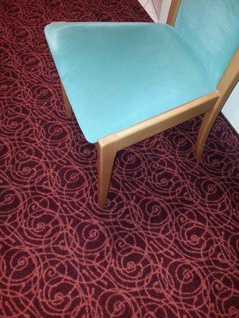 Mercure Hotel Ingolstadt: Augenkrebsalarm!!! Teppich und Sitzmöbel im Zimmer in toxischen Farben...