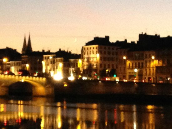 BEST WESTERN Hotel d'Europe et d'Angleterre : Macon at night
