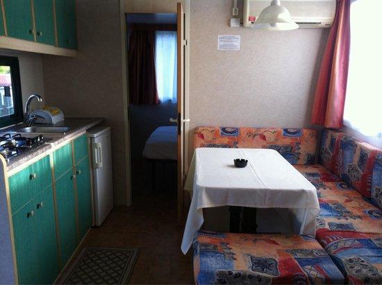Casa mobile con patio...cucina-soggiorno e divano che si trasforma ...