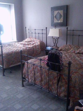 Longwood Inn: Comfy Soft Memory Foam Queen Beds.