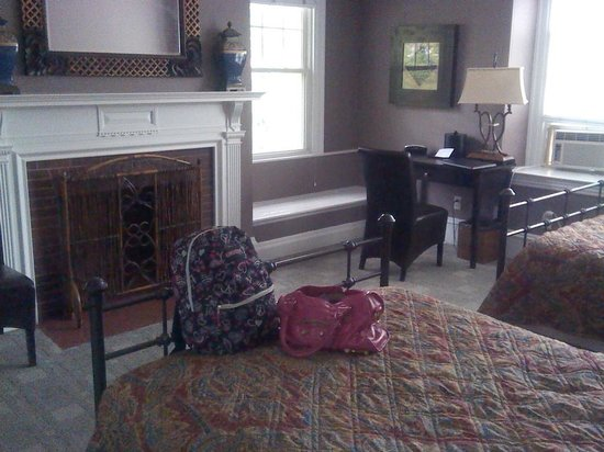 Longwood Inn: Faux Fire Place and Nice Desk.
