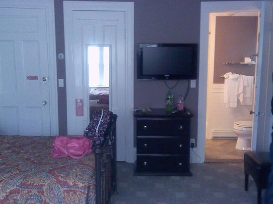 Longwood Inn: TV, Room Door, Bathroom Door.