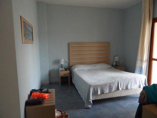 Eden Village Club La Caletta: grande chambre donnant sur l'arrière