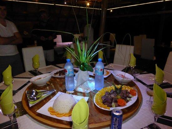 Table de salle à manger avec plateau tournant permettant de se ...