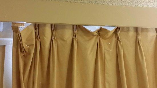 Econo Lodge: More curtain Pic