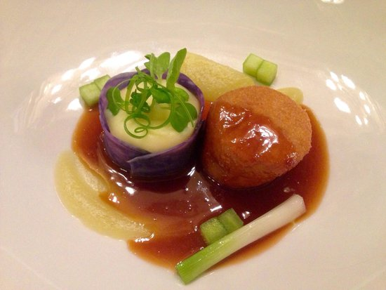 Salon Fine Dining Restaurant: Fried veal and mashed potatoes