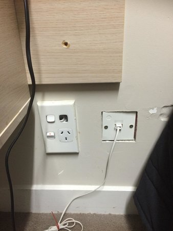 Auckland Airport Kiwi Motel: Dangerous wall sockets