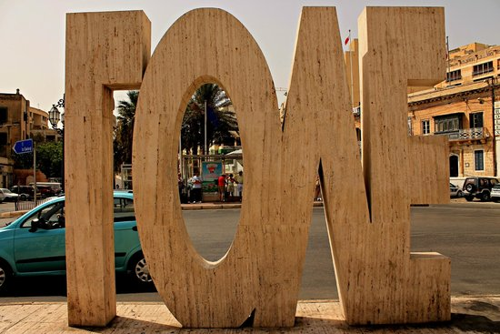 Balluta Square: Городская скульптура