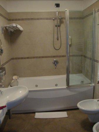 Hotel Cosmopolitan Bologna: baño