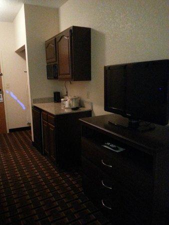 Quality Suites: kitchenette, tv area