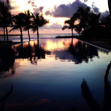Las Palmas Beachfront Villas: Main Hotel Pool at Sunset