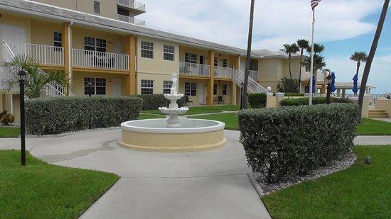 Gulfstream Manor Resort: Fountain in the Common Area