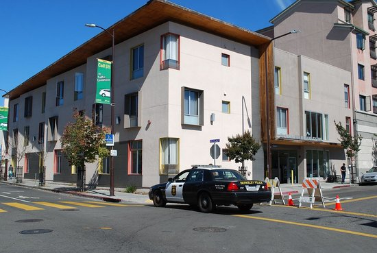 Downtown Berkeley Inn: If there is an event at the U or downtown check on street no parking and access blockage.