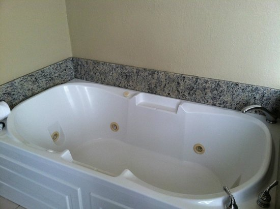 Holiday Inn Express Cleveland Downtown: Jacuzzi tub
