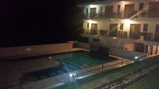 Hidden Village Hotel: Área de la piscina nocturna.