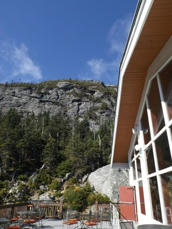 Cliff House Restaurant: Looking up the mountain from The Cliff House Porch