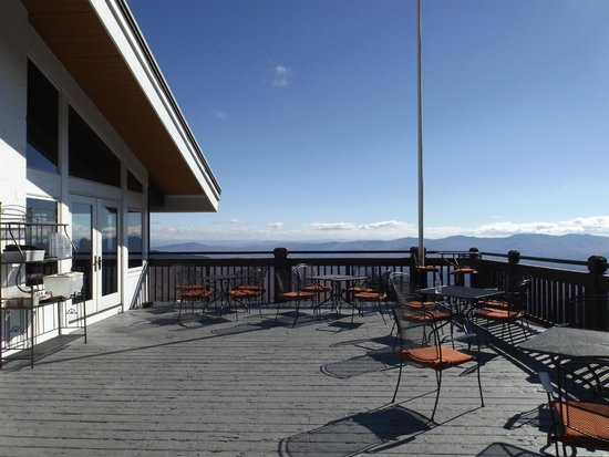 Cliff House Restaurant: The outside eating area and heavenly view!