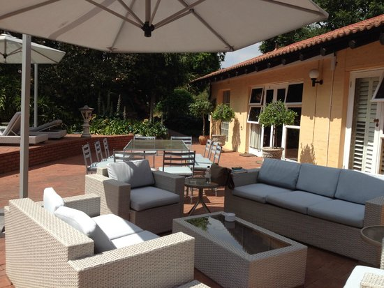 Little Tuscany Boutique Hotel: Relaxing by the pool