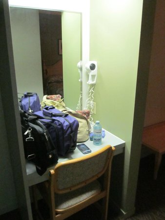 Motel Le Transit: I thought this was cool, like a vanity nook!