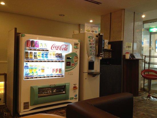Dotonbori Hotel: Lobby - drinks dispenser and vending machine.