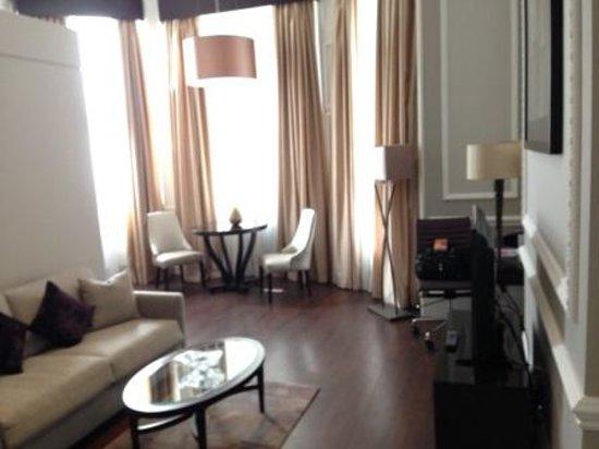 Fraser Suites Queens Gate: ソファーベッド付リビング