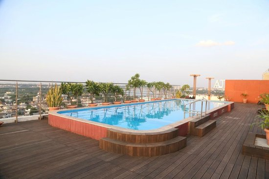 Starottel Ahmedabad: The roof top pool - quite lovely. Only towels and changing rooms are missing.
