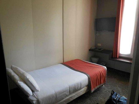 Hotel B Paris Boulogne : Lit 1 place et coin TV bureau