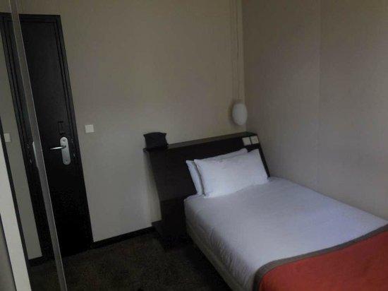 Hotel B Paris Boulogne : Rangement bagages sous tête de lit plan incliné