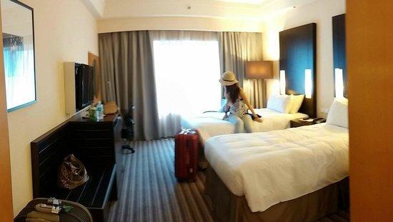 Amara Singapore Hotel: 此為10樓的豪華雙人房,一打開門就很驚嘆,有足夠的空間行走及攤開行李箱,床很軟很好睡,廁所很新很明亮,乾濕分離,備有吹風機,還有超大的全身鏡,兩人一起照鏡子綽綽有餘!!