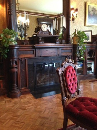Batcheller Mansion Inn: Beautiful sitting room that was owners office