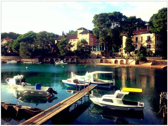 Mali Losinj, Kroasia: Promenade aux abords de l'hôtel